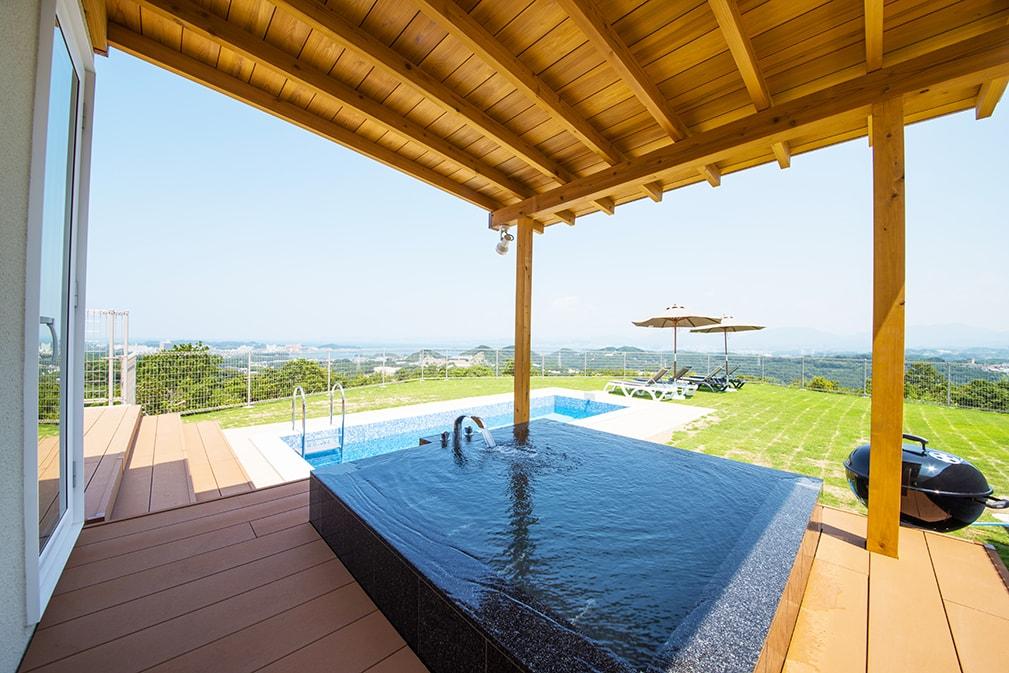 全棟にテラスや屋外プールジャグジー、露天風呂完備